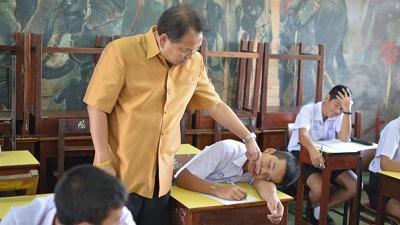 Bắt quả tang nam sinh ngủ gật trong lớp, thầy giáo có hành động khiến học trò được 'trận cười vỡ bụng'