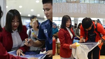Hoàng Thị Loan đích thị là fan girl chính hiệu, 'vứt liêm sỉ' tất bật xin chữ ký của các chàng trai U22 Việt Nam
