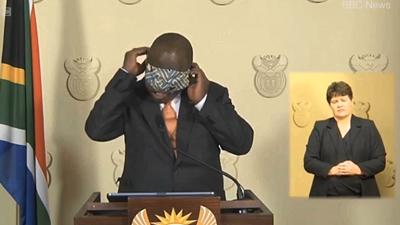 Tổng thống Nam Phi gây tranh cãi khi hướng dẫn mọi người đeo khẩu trang trên sóng truyền hình