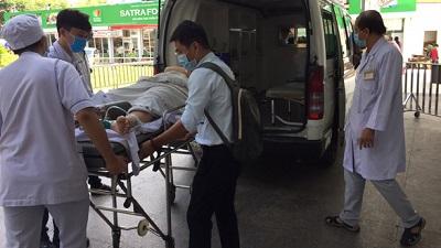 Tiến hành phẫu thuật cho hai học sinh THCS Bạch Đằng chấn thương nặng do bị cây đè