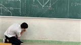 Hết bảng mà cô giáo vẫn yêu cầu vẽ thấu kính đúng tỷ lệ, nam sinh nhanh trí tạo thành quả ai cũng ngỡ ngàng