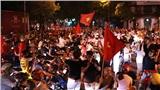 Đường phố Hà Nội tắc cứng khi người hâm mộ cuồng nhiệt 'đi bão' sau chiến thắng đầu tiên của tuyển Việt Nam tại vòng loại World Cup