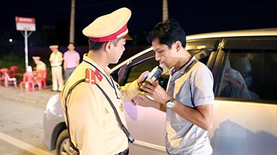 Dư luận phản ứng trái chiều trước việc xử phạt uống rượu, đeo tai nghe, dùng điện thoại khi điều khiển giao thông