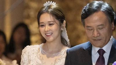 Mặc váy cưới lộng lẫy tiến vào lễ đường, Jang Nara khiến cư dân mạng phải thốt lên: Thời gian bỏ quên cô ấy rồi