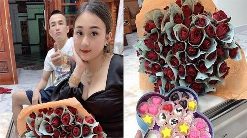 Bó hoa 'hot' nhất mùa Valentine của anh chồng xứ Nghệ: Mỗi bông hồng được gói 'sương sương' bằng... tờ polymer 500k