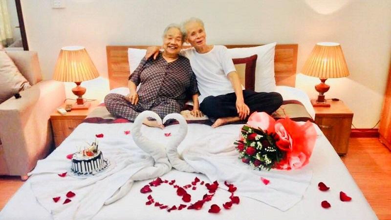 Góc 'nghiện vợ' trọn đời: Đôi vợ chồng già hơn 80 tuổi kỷ niệm ngày cưới lãng mạn không thua kém giới trẻ