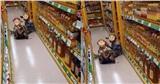 Xúc động hình ảnh 2 đứa trẻ bán vé số hồ hởi chia nhau que kem ở góc siêu thị, hẹn mai lại đến ăn tiếp