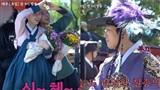 Hậu trường tập 7- 8 'Mr. Queen': Kim Jung Hyun 'khổ sở' bế bạn diễn, Shin Hye Sun cười sảng khoái khi đóng cảnh…ngừng tim