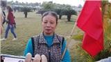 Mẹ nữ cầu thủ Nguyễn Thị Xuyến rạng rỡ ở sân bay đón con trở về sau SEA Games