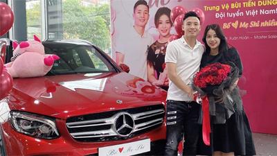 Trung vệ Bùi Tiến Dũng 'mạnh tay' chi 2 tỷ mua Mercedes tặng vợ: 'Thấy em vui vẻ là điều tuyệt vời nhất rồi'