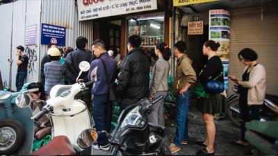 29 tháng Chạp, người dân Thủ đô 'rồng rắn' xếp hàng chờ mua giò chả ăn Tết