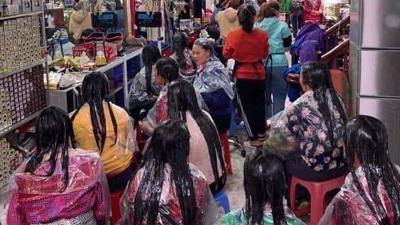 Tiệm tóc chật cứng chị em đến làm đẹp: Đừng dại chờ cận Tết mới trùng tu nhan sắc!