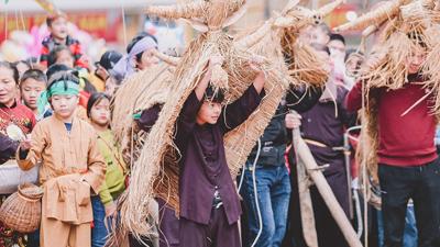 Độc đáo lễ hội trâu rơm bò rạ mùng 4 Tết, trai làng giả gái xuống đồng gieo hạt đầu năm