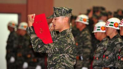 Minho (SHINee) bị các chiến hữu trong quân ngũ 'tố giác' tội nói nhiều và ham ăn