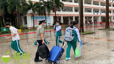 Một tỉnh ở Trung Quốc thông báo học sinh quay lại trường, phụ huynh đứng ngoài cổng, hành lý có người xách hộ