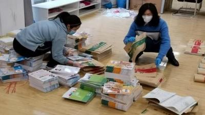 Giáo viên Vũ Hán gói ghém sách giáo khoa, thời gian biểu, kèm theo lời nhắn đến mỗi học sinh