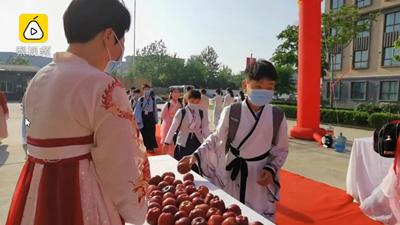 600 học sinh tiểu học diện trang phục như phim kiếm hiệp, đi qua 3 cánh cổng đặc biệt trước khi vào trường