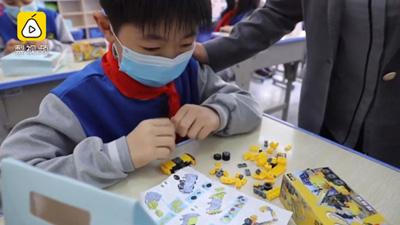 Giáo viên tặng học sinh tiểu học đồ chơi lego và kẹp tóc trong ngày nhập học