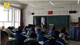 Giáo viên chủ nhiệm chống nạng đến lớp giảng dạy, không nghỉ ngơi vì sợ ảnh hưởng học sinh cuối cấp