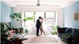 Cặp đôi tổ chức hôn lễ trongphòng khách của căn hộ, được thẩm phán chứng nhận qua công cụ trực tuyến