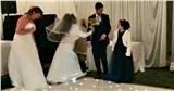 'Người yêu cũ' của chú rể bất ngờ đến phá đám hôn lễ, cô dâu bật cười khi thấy khuôn mặt của kẻ gây rối