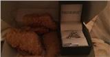 Chàng trai cầu hôn bạn gái với một hộp gà và chiếc nhẫn được mua vỏn vẹn trong 20 phút