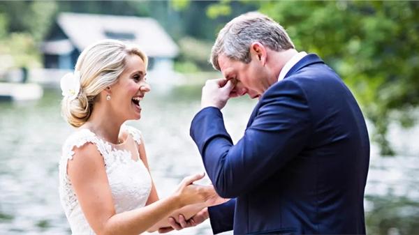 Những khoảnh khắc cực đẹp trong hôn lễ tổ chức trên núi, chú rể xúc động đến rơi nước mắt
