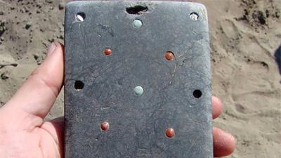 Các nhà khảo cổ Nga vừa khám phá ra bộ hài cốt 2137 năm tuổi kèm một thứ giống hệt... iPhone!