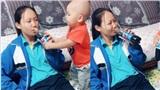 Bị chị gái lừa không cho uống nước ngọt bằng cách bá đạo, cậu bé có biểu cảm hờn dỗi khiến dân mạng cười nghiêng ngả