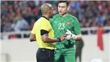Trọng tài tước bàn thắng của Việt Nam, nhưng cũng cứu Văn Lâm khỏi một 'bàn thua trông thấy'