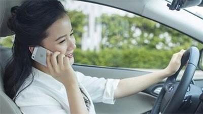 Dùng điện thoại khi lái xe bị phạt tiền tới 2 triệu đồng