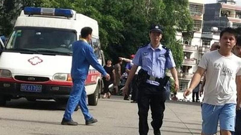 Bảo vệ mẫu giáo xông vào trường đâm chém, gần 40 người gục ngã