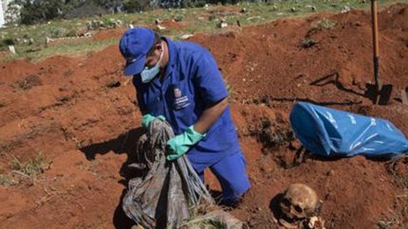 Thành phố lớn nhất Brazil phải bốc mộ thi thể cũ để dọn chỗ cho người chết vì COVID-19