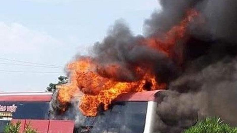 Xe giường nằm bất ngờ bốc cháy trên cao tốc, 11 người thoát chết trước 'miệng lửa'