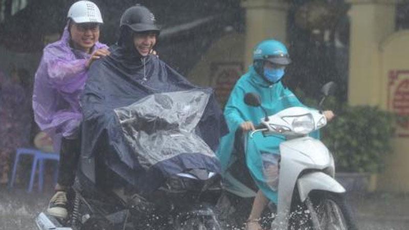 Ảnh: Người dân Hà Nội đón 'mưa vàng' giải nhiệt lúc sáng sớm