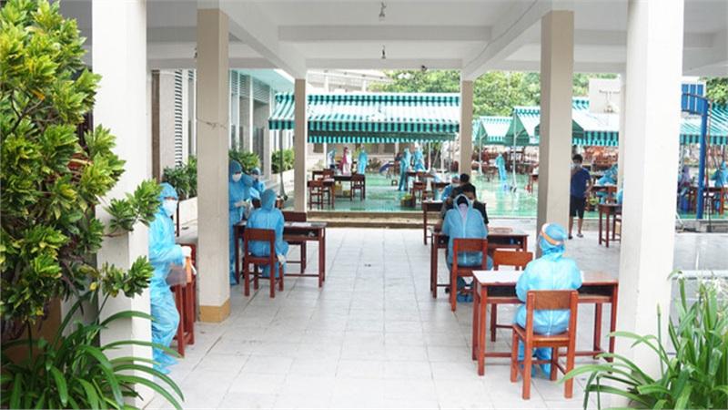 'Đột nhập' khu phong toả ở Đà Nẵng, chứng kiến quy trình lấy mẫu xét nghiệm Covid-19