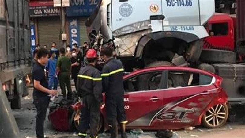 Dừng đèn đỏ, ô tô con bị xe container chèn qua khiến 3 người tử vong, 1 người nhập viện cấp cứu