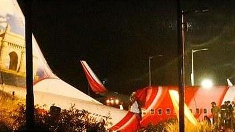 Hiện trường thảm khốc vụ máy bay chở 191 người vỡ đôi rơi xuống thung lũng ở Ấn Độ