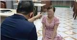 Bắt tạm giam nhân viên quán nướng cùng chủ quán bắt cô gái quỳ gối xin lỗi vì dám 'bóc phốt' đồ ăn có sán