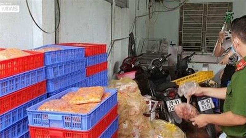 Phát hiện gần 2 tấn trứng gà non, tràng lợn đang phân hủy, chảy nước tại Hà Nội