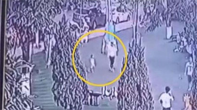 Camera ghi lại hình ảnh người phụ nữ lạ mặt dụ dỗ bé trai 2 tuổi ở Bắc Ninh đi theo