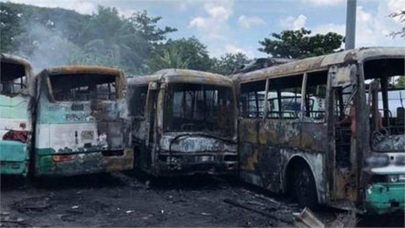 Bãi giữ xe ở Sài Gòn bốc cháy dữ dội, nhiều ô tô bị lửa thiêu rụi