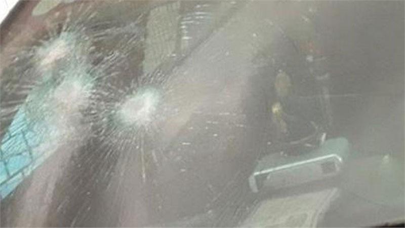 Xe của chủ tịch huyện ở Thanh Hóa bị đập kính, bẻ cong biển số khi để trong cơ quan