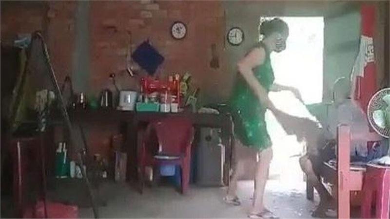 Cụ bà bị con gái đánh đập, đổ phân lên đầu ở Long An: Kết quả điều tra ban đầu