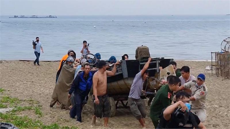 Cận cảnh ngư dân miền Trung hối hả đưa tàu bè lên bờ tránh bão số 5