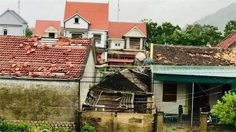 Hàng chục ngôi nhà ở Hà Tĩnh bị tốc mái sau trận lốc xoáy