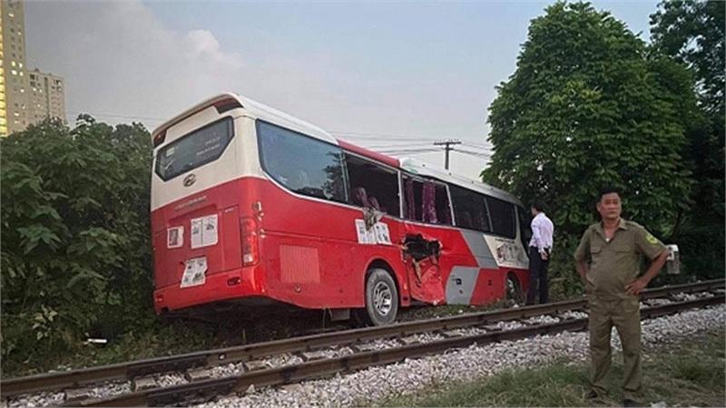 Xe chở học sinh Hà Nội bị tàu hỏa đâm: Người dân đã nhắc tài xế dừng lại nhưng không nghe