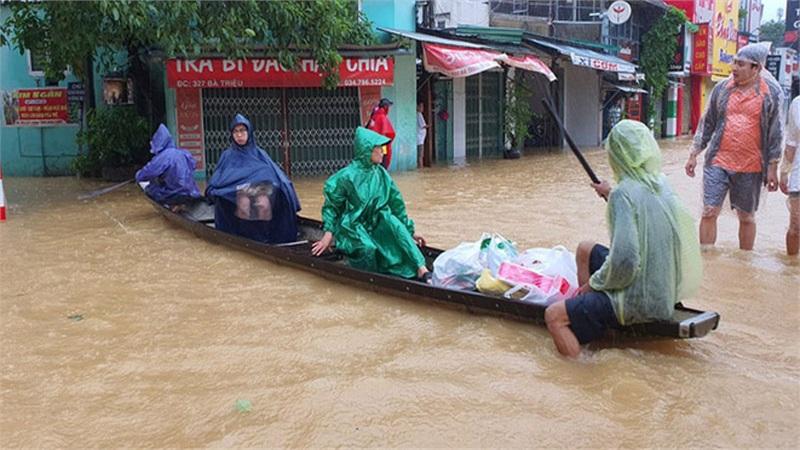 Lũ ở Huế đang xuống nhưng nhiều nơi vẫn ngập nặng