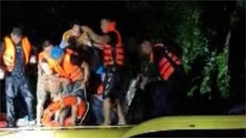 Quảng Bình: Nước lũ dâng cao, nhấn chìm nhà cửa, người dân kêu cứu giữa biển nước mênh mông