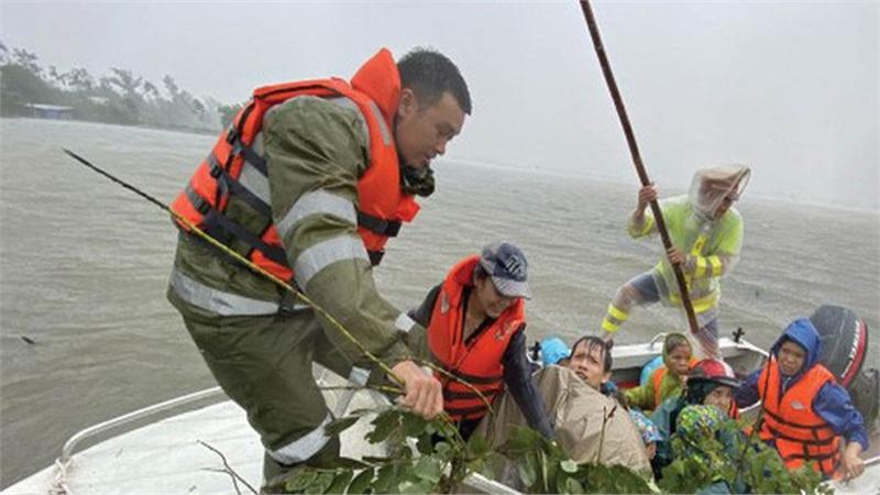 Khẩn cấp ứng phó bão số 9: Huế sơ tán hơn 63.000 người, sẽ cấm người dân ra đường từ 9h tối nay